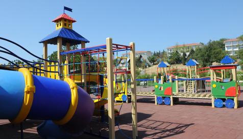 Огромная детская площадка на территории турбазы